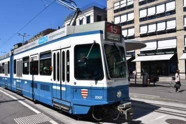 Tram 2000 auf der Linie 15 in Richtung Klusplatz