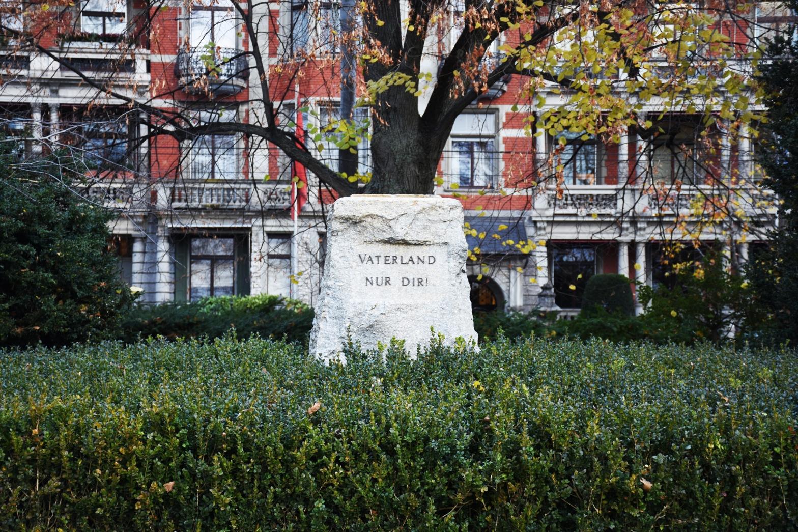 Ein Sockel ohne Denkmal, der im Arboretum am General-Guisan-Quai steht. Er trägt die Aufschrift «Vaterland, nur Dir!».