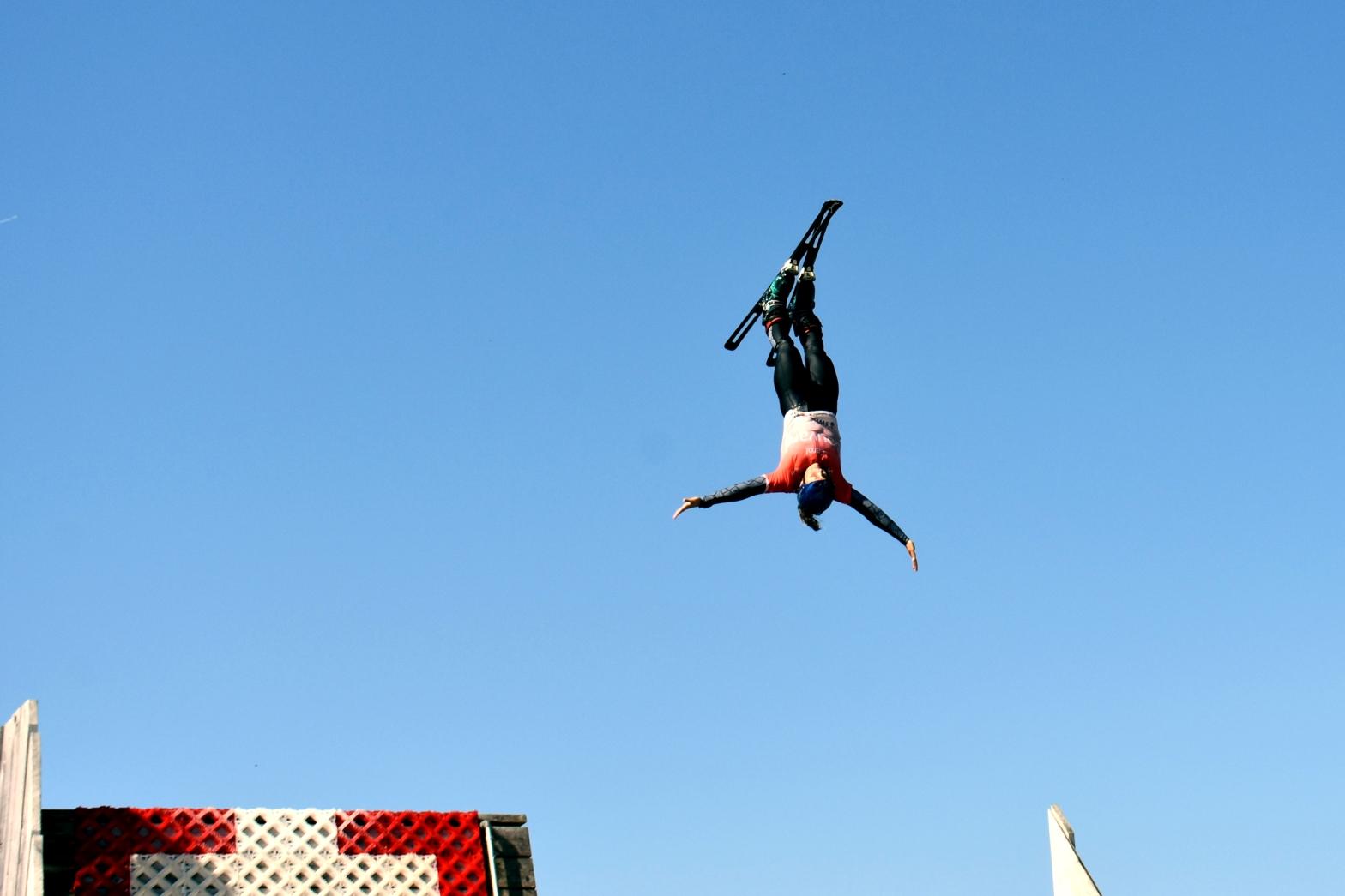 Mit Ski an den Füssen springt sie über steile Schanzen: Die Wollishofer Skiakrobatin Carol Bouvard peilt die Weltmeisterschaft in den USA an. Foto: Pascal Wiederkehr