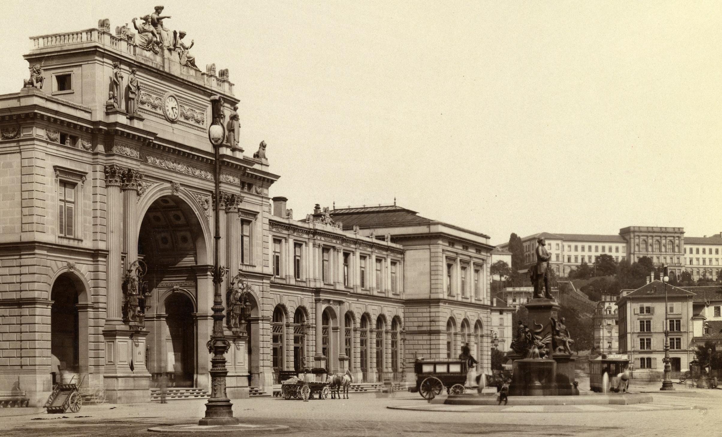 Das Alfred-Escher-Denkmal auf dem Bahnhofplatz vor dem Hauptbahnhof Zürich wurde im Juni 1889 eingeweiht. Das Foto ist um 1890 entstanden. Foto: Baugeschichtliches Archiv Stadt Zürich