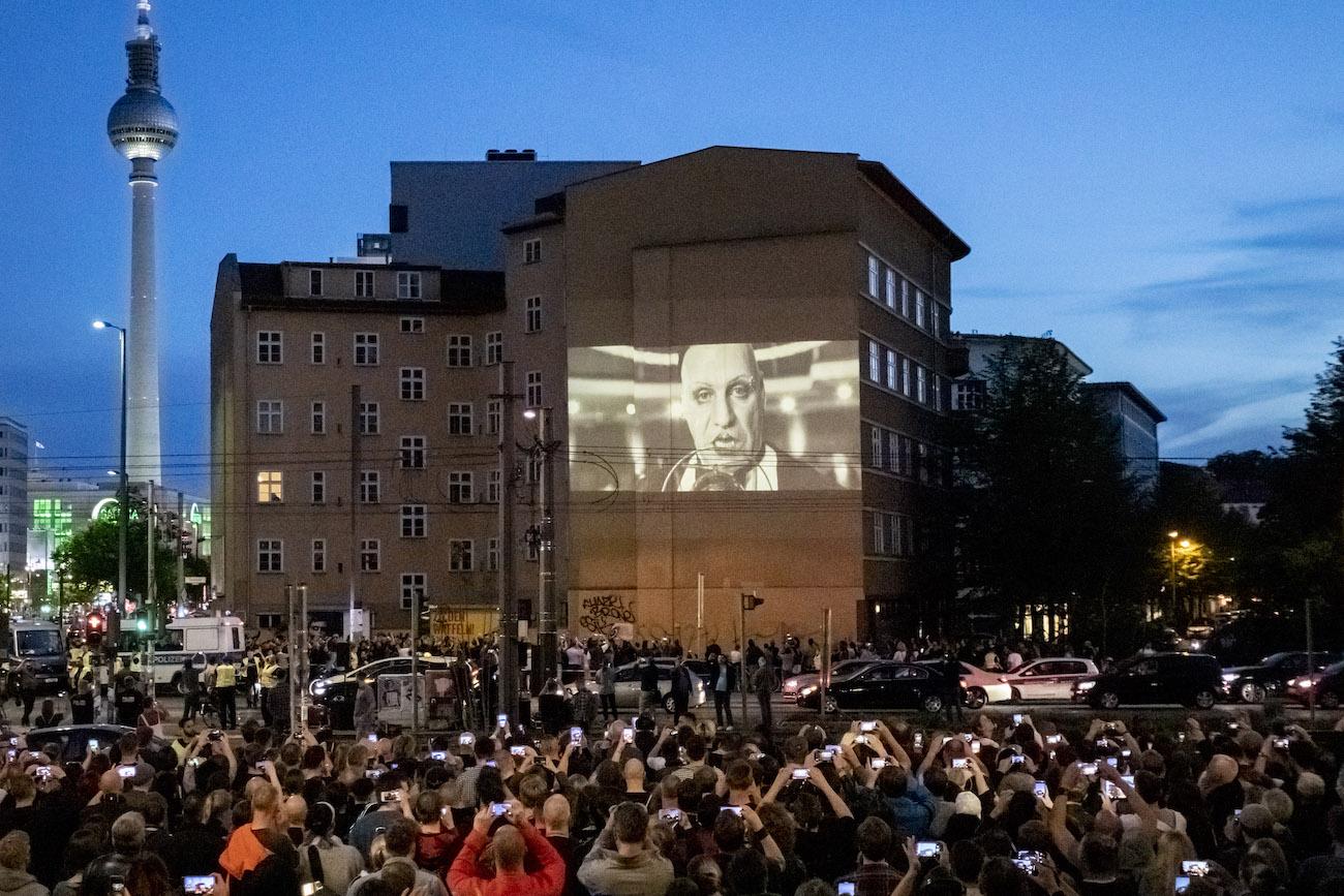 25 April 2019, Berlin: Rammstein begeistert auch zehn Jahre nach dem letzten Album «Liebe ist für alle da». Das Musikvideo zu «Radio» feierte an der Ecke Torstrasse/Prenzlauer Allee Premiere. Foto: Christoph Soeder/dpa (KEYSTONE/DPA/Christoph Soeder)