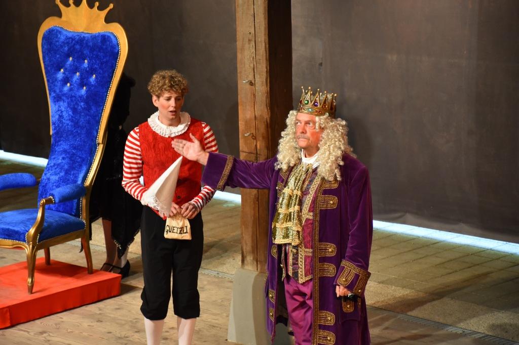 Dort ist die Tür: Der Kaiser (r.) entlässt seinen Weber, weil der lieber Guetzli isst, statt zu arbeiten. Foto: Pascal Wiederkehr