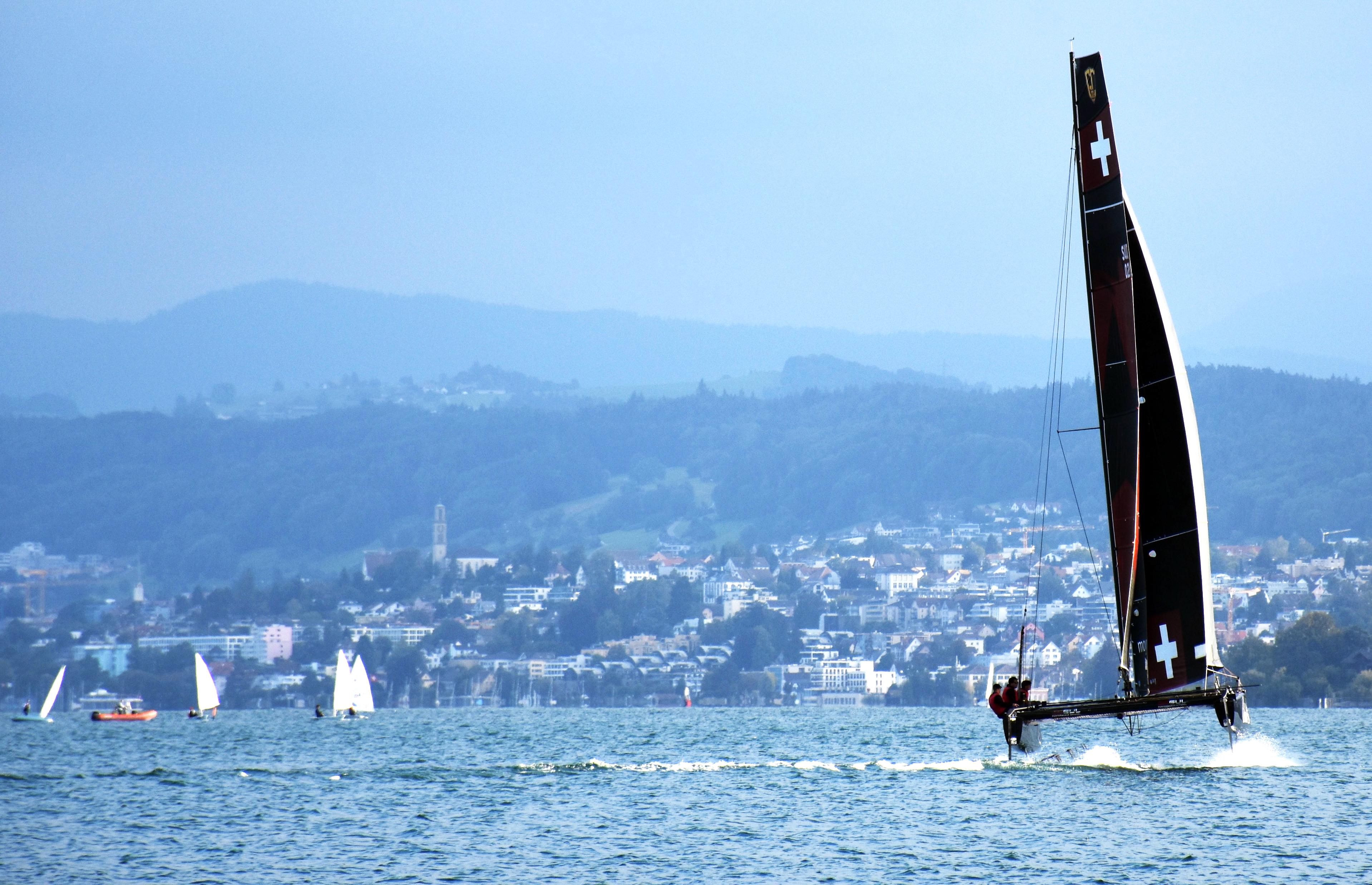 Das neue Schweizer Segelteam Black Star Sailing ist aktuell auf Promotour in Zürich. Vergangene Woche wurde der Katamaran am Hafen Wollishofen zusammengebaut. Foto: Pascal Wiederkehr