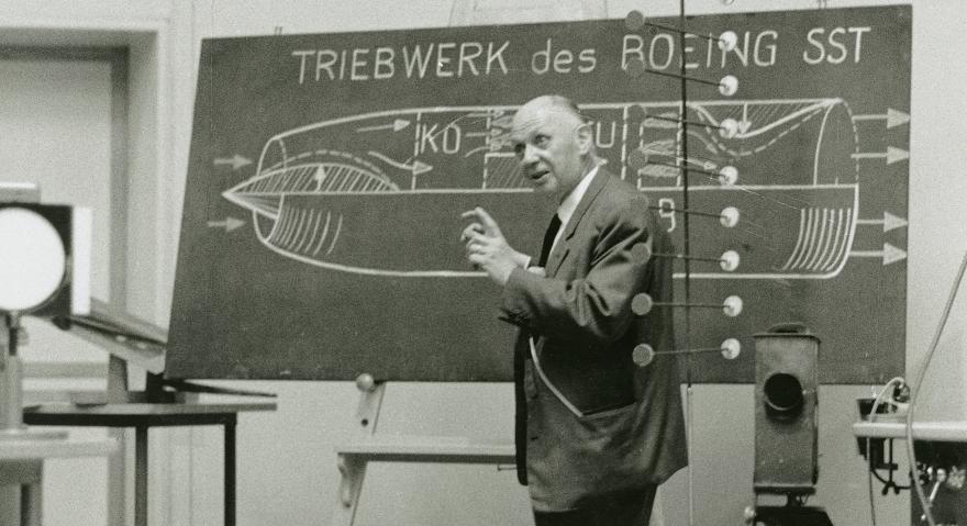 «Der Weg zum Überschall-Verkehrsflugzeug» war das Thema seiner Abschiedsvorlesung 1967 an der ETH: Aerodynamiker Jakob Ackeret im Hörsaal. Foto: ETH-Bibliothek Zürich, Bildarchiv / Photographisches Institut der ETH Zürich